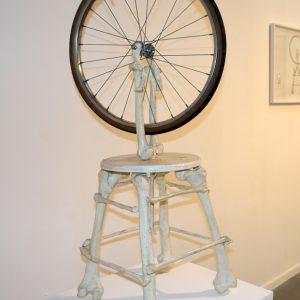La roue de bicyclette 1, 2010, Résine polyester, acier, bois, roue de vélo, 120 x 50 x 38 cm