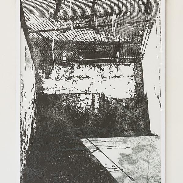 Nicolas Daubanes : Ancienne maison d'arrêt de Béziers, cours de promenade. 110 x 70 cm Poudre de fer aimantée et gravure sur verre. 2018 ( Credit photo : Yohann Gozard )