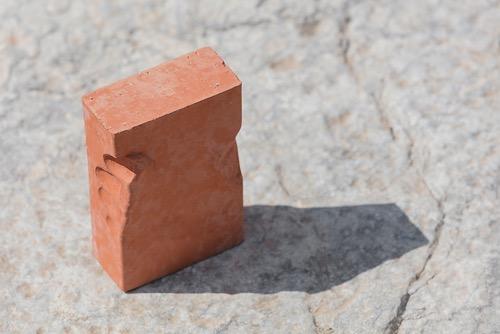 Ergonomie de la révolte Brique céramique 5 x 11 x 16 cm Brique empoignée par les ouvriers au moment de la fabrication 2018 (Crédit photo : Yohann Gozard)