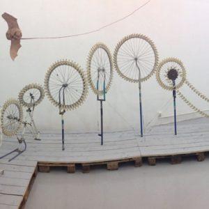 Quel petit vélo en os au fond de la cour, 2009, Plastique, acier, 90 x 38 x 55 cm