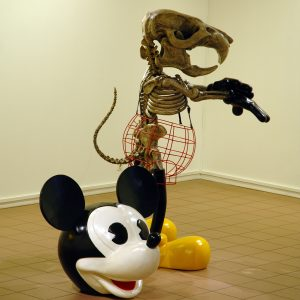 2007-Mickey-is-also-a-rat-Grand-sq-uelette-de-Mickey-debout-2007-Résine-polyester-acier-cuir-215-x-140-x-108-cm-et-100-x-125-x-100-cm