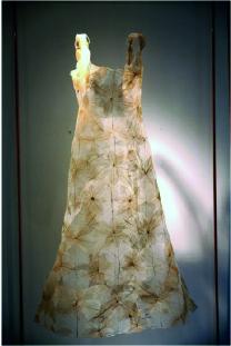 Sculpture Dress, 2014, dentelle de feuilles-nervures, 136 X 70 X 60 cm