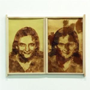 Esther Duflo, 2019, jus de citron, cire, cadre de corps, 47 x 60 cm